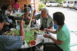 夏の作品研究会、昼食会の風景