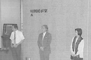 展示作業を前に樋口理事長と中川常務理事にご挨拶をしていただく